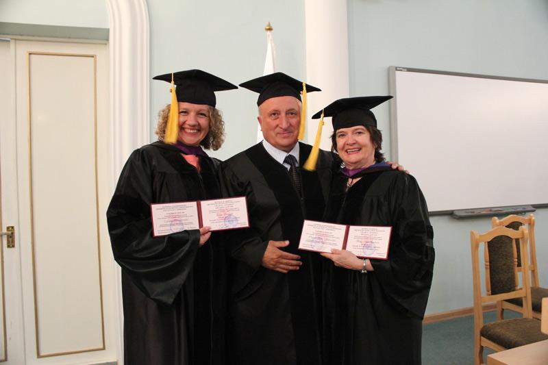 «Ուրարտու» համալսարանի ռեկտոր, պրոֆեսոր Սեդրակ Աղասու Սեդրակյանը հանդիսավոր կերպով պատվավոր դոկտորի կոչում է շնորհում Բեթթի Ալիս Էրիքսոնին և Էդիտա Ռուզգայտին: