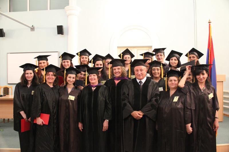 «Ուրարտու» համալսարանի ռեկտոր, պրոֆեսոր Սեդրակ Աղասու Սեդրակյանը համալսարանի հյուրերի և մագիստրատուրայի շրջանավարտների հետ: