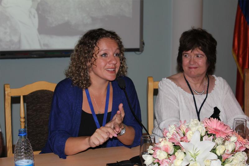 Ընտանեկան թերապիայի աշխարհահռչակ մասնագետ, պրոֆեսոր` Էդիտա Ռուզգայտեն պատասխանում է դահլիճում գտնվող մասնագետների հարցերին: