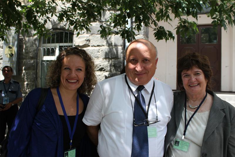 «Ուրարտու» համալսարանի ռեկտոր, պրոֆեսոր Սեդրակ Աղասու Սեդրակյանը հյուրերի` Բեթթի Ալիս Էրիքսոնի և Էդիտա Ռուզգայտի հետ: